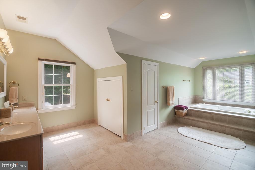 En suite with dual vanity, linen closet & storage - 12009 BENNETT FARMS CT, OAK HILL