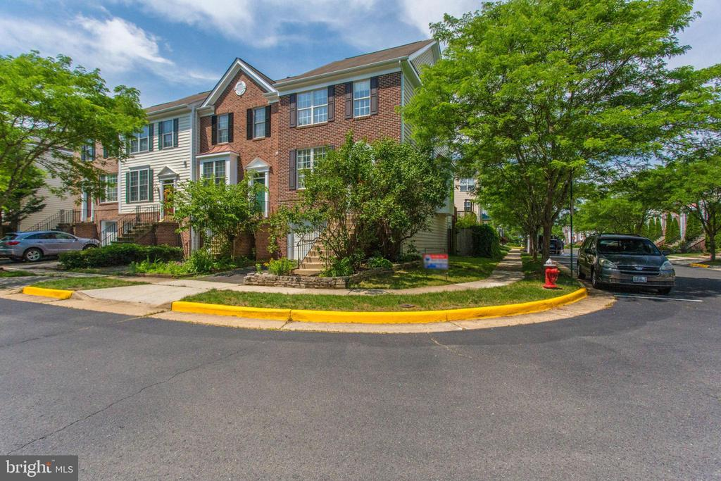 End Unit with plenty of extra parking on side - 43657 SCARLET SQ, CHANTILLY