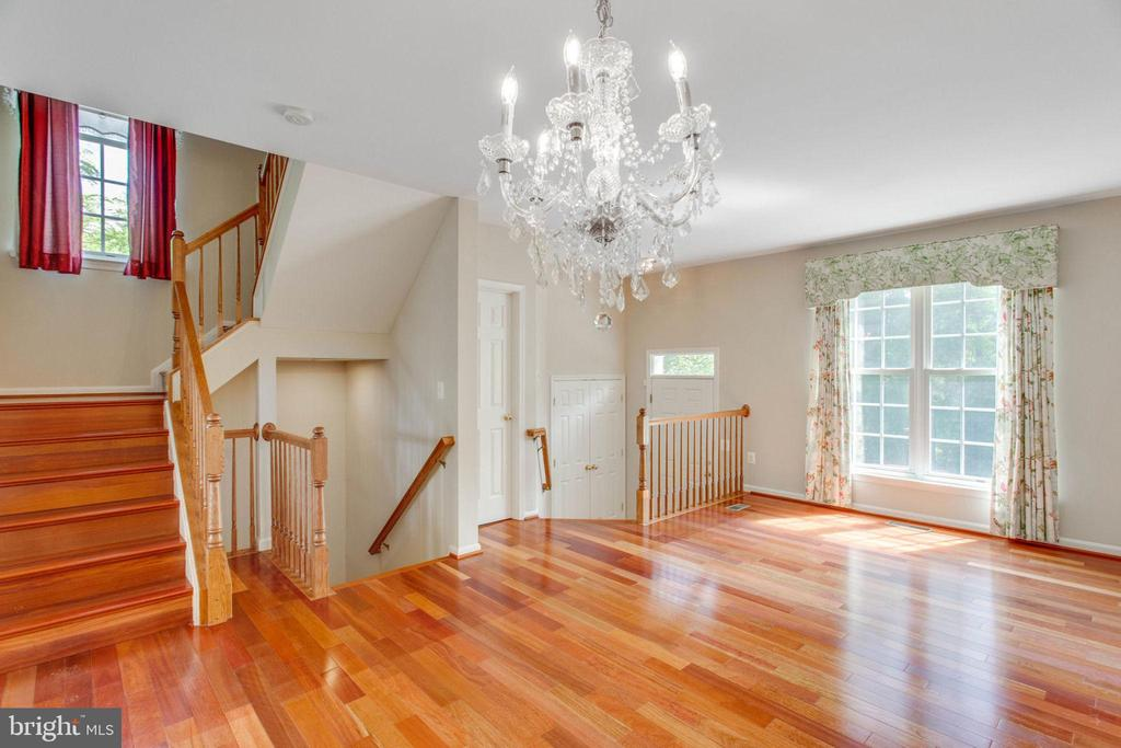 Hardwood and Light throughout - 43657 SCARLET SQ, CHANTILLY