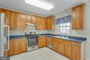 Spacious Kitchen with lots of counter space - 43657 SCARLET SQ, CHANTILLY
