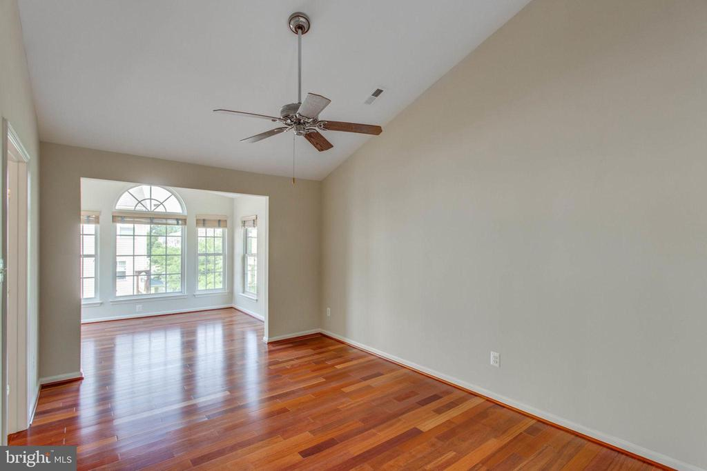 Master Bedroom w/ vaulted ceilings & sitting room - 43657 SCARLET SQ, CHANTILLY