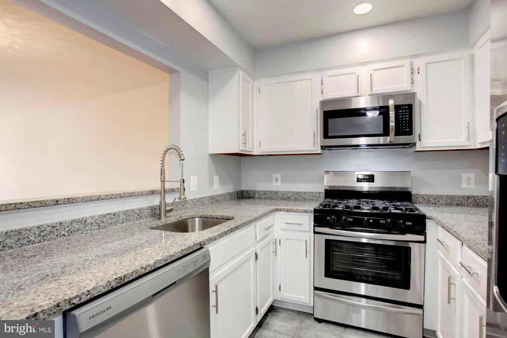 Stainless Steel Appliances with Open Concept View - 4153 CHURCHMAN WAY #5, WOODBRIDGE