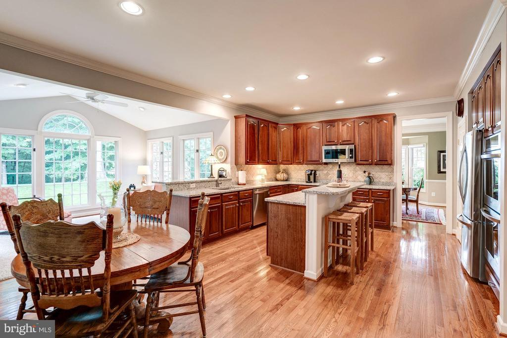 Casual dining space in kitchen - 47297 OX BOW CIR, STERLING