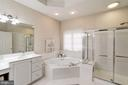 Master bath w/dual vanities & jetted tub - 47297 OX BOW CIR, STERLING