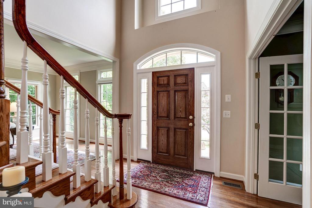 Light and bright foyer to welcome guests - 47297 OX BOW CIR, STERLING