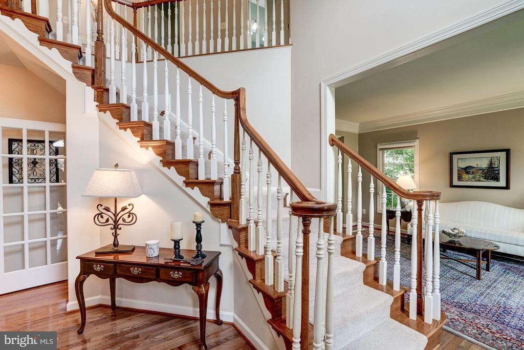 Curved oak staircase - 47297 OX BOW CIR, STERLING
