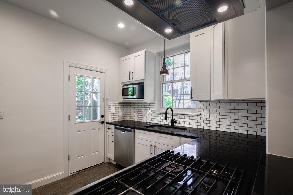 Beautifully remodel Kit w/ Granite & SS appliance - 4861 BLAGDEN AVE NW, WASHINGTON