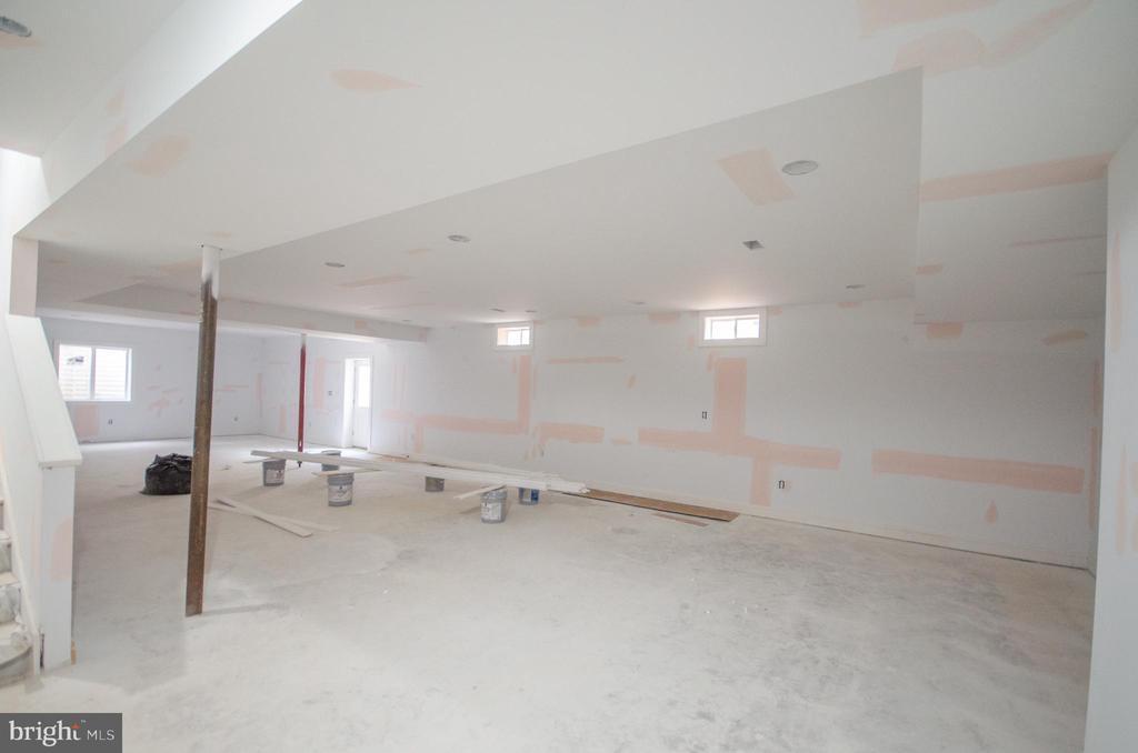 Huge walk up basement w/bedroom & wetbar - 12602 THOMPSON RD, FAIRFAX