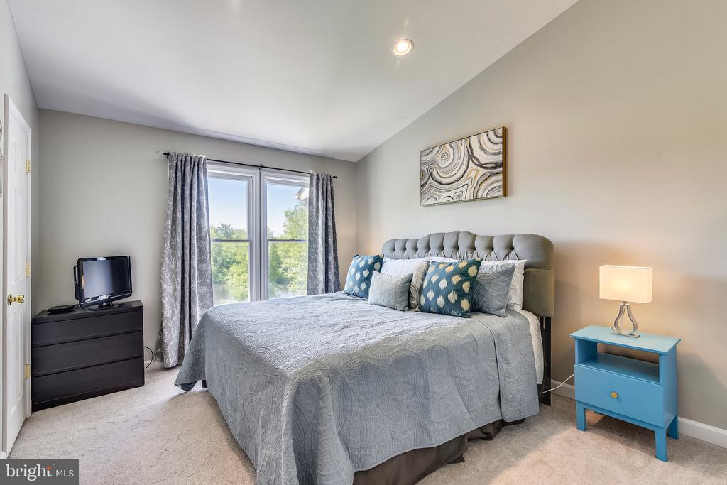 Master Bedroom with Soaring Ceilings - 21252 HEDGEROW TER, ASHBURN