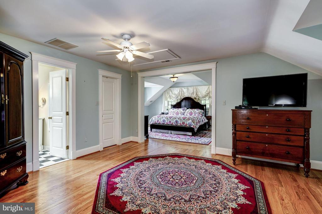 Upper Level 2 Bedroom with Sitting Room - 3812 MILITARY RD, ARLINGTON