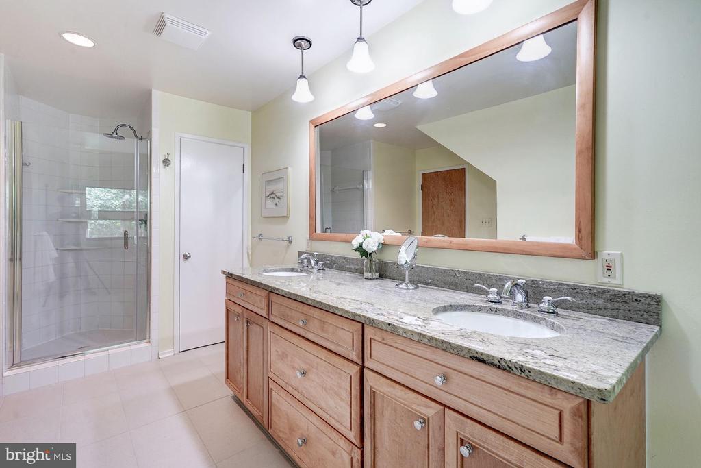 Master shower with frameless shower doors - 2272 COMPASS POINT LN, RESTON