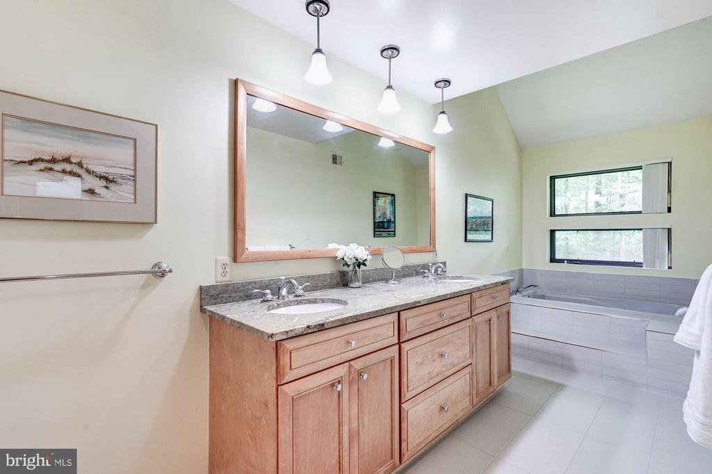 Master bathroom with soaking tub - 2272 COMPASS POINT LN, RESTON