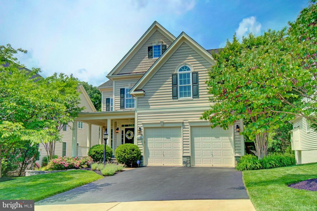 Popular Oakwood Model Featuring 3 Finished Levels - 42436 MORELAND POINT CT, ASHBURN