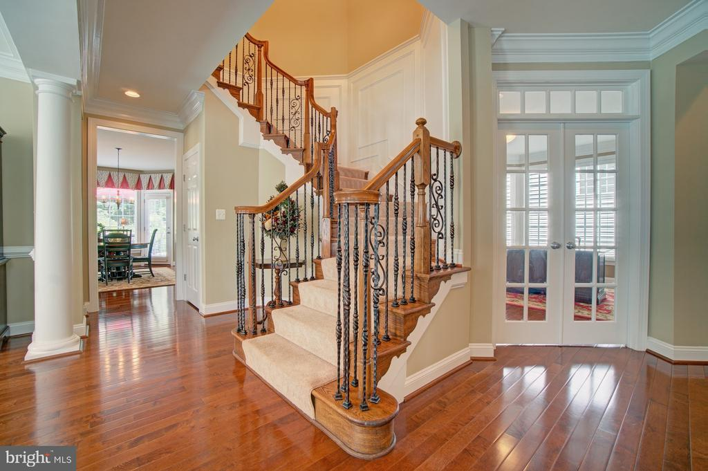 Beautiful Curved Staircase with Upgraded Balusters - 42436 MORELAND POINT CT, ASHBURN