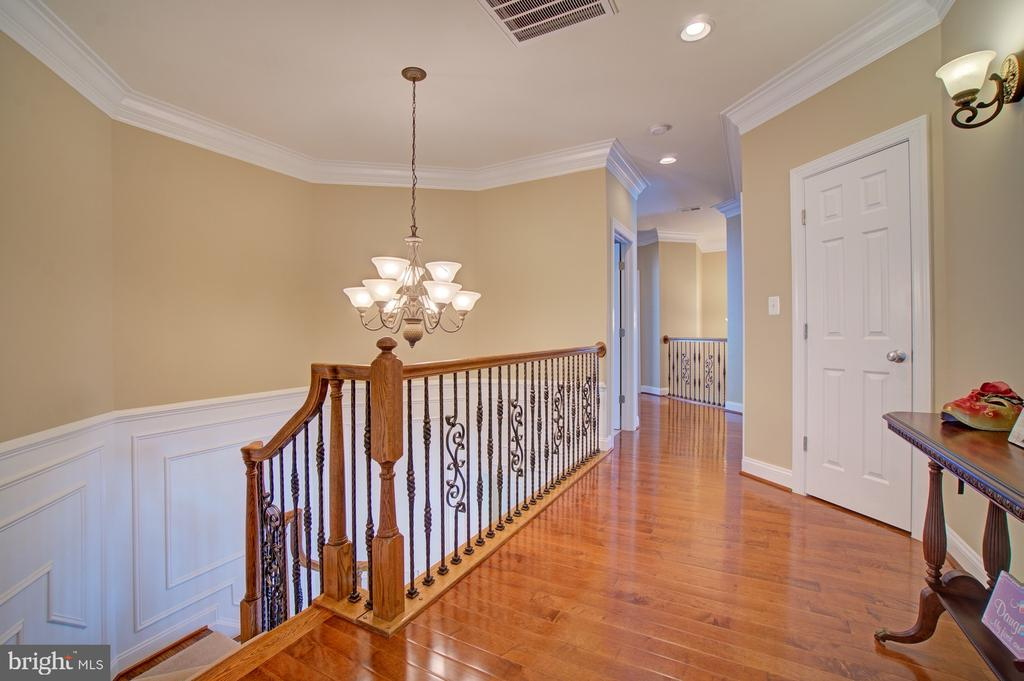 Upgraded Hardwood Flooring in Upper Hallway - 42436 MORELAND POINT CT, ASHBURN