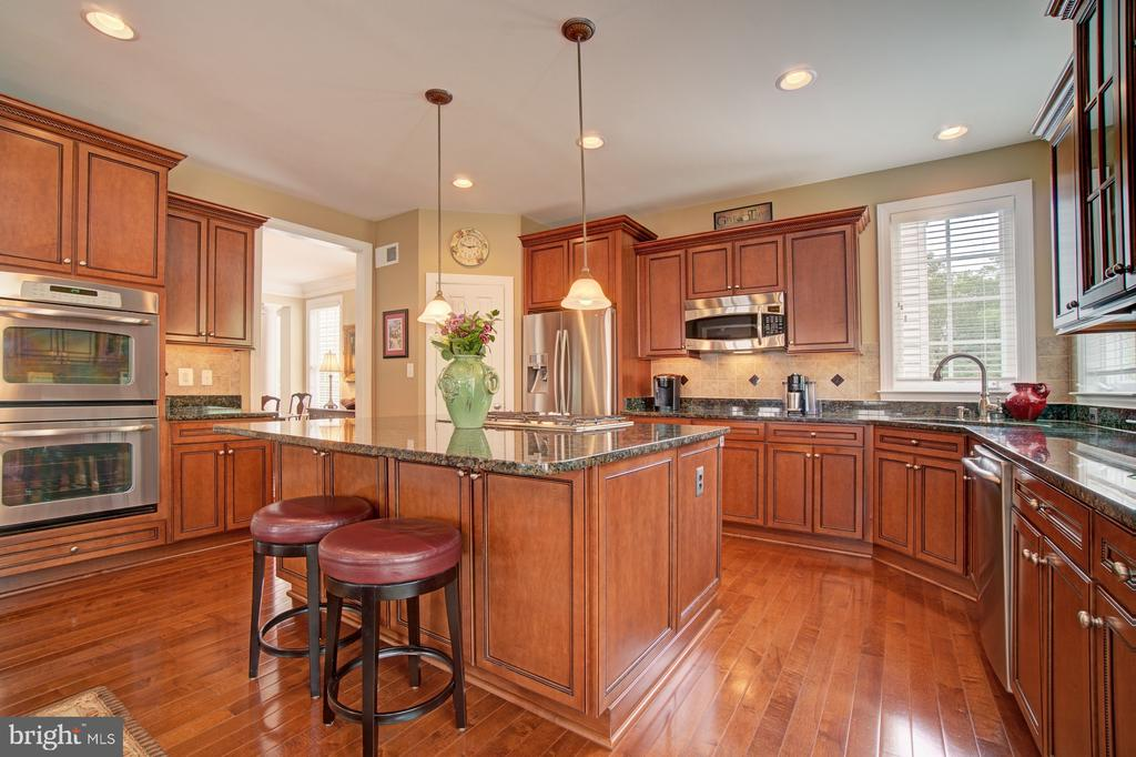 Gourmet Kitchen has Center Island & Pendant Lights - 42436 MORELAND POINT CT, ASHBURN