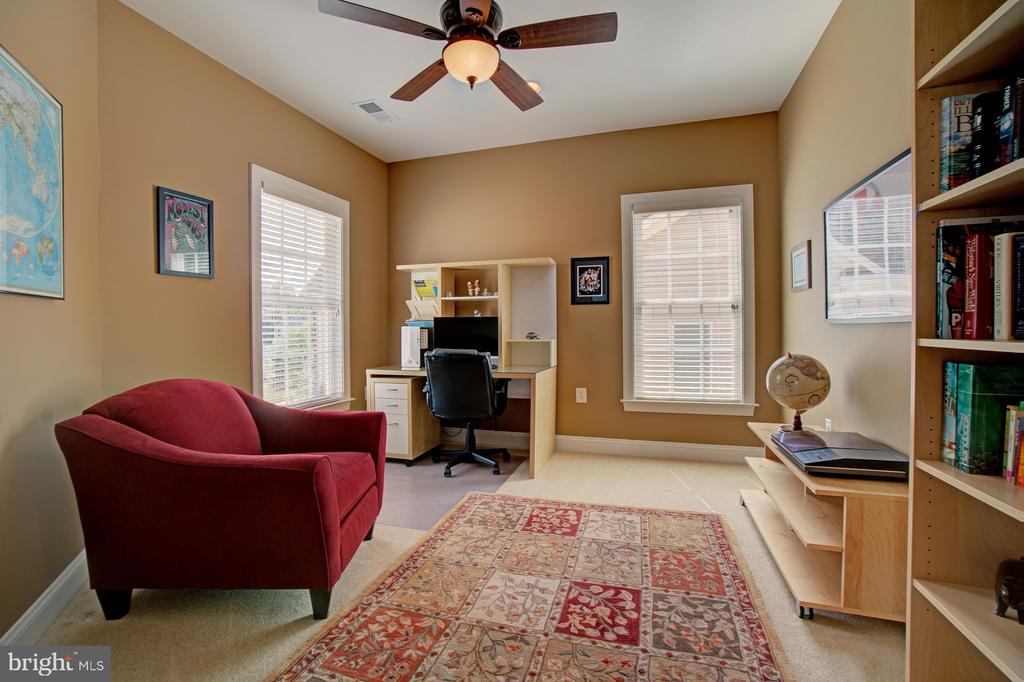 Upper Level Loft Makes a Great Office or Playroom - 42436 MORELAND POINT CT, ASHBURN