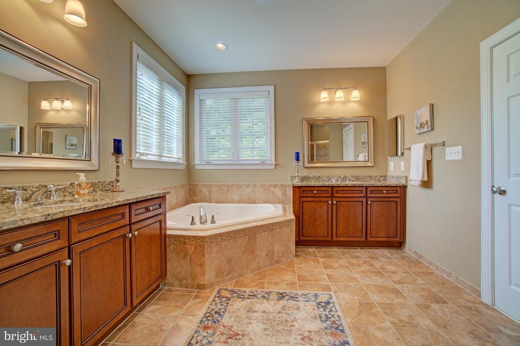 Split Vanities  w/Granite, Upgraded Ceramic Floors - 42436 MORELAND POINT CT, ASHBURN