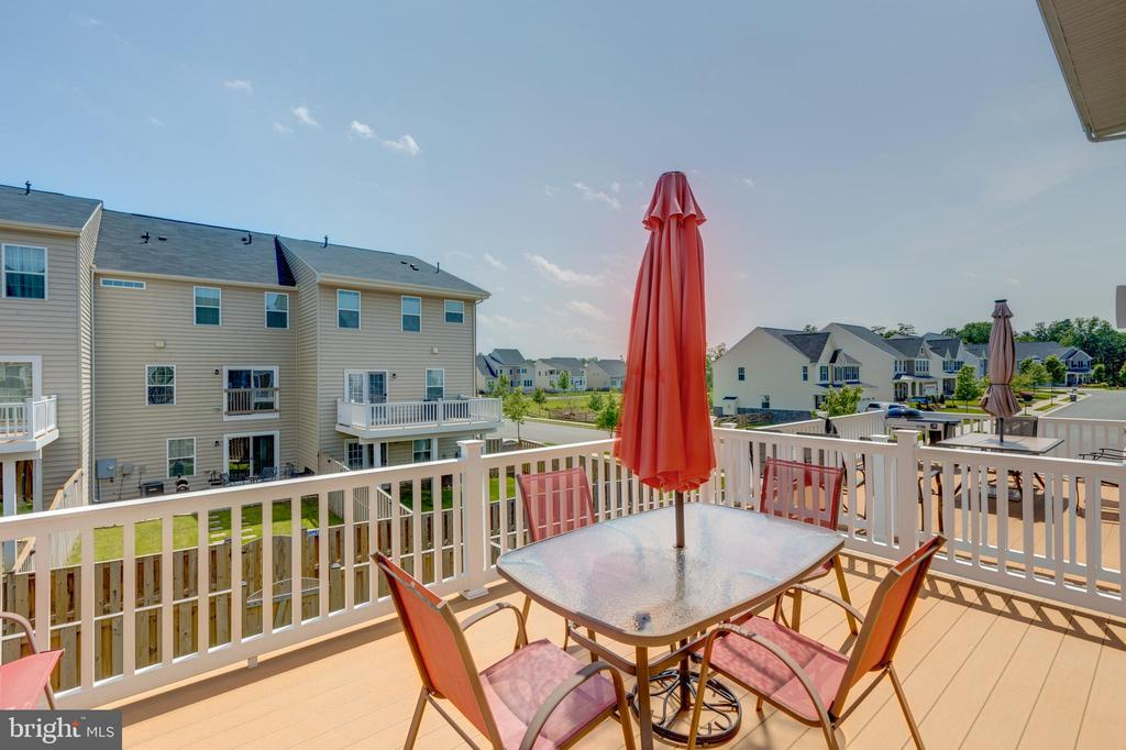 Oversized deck with view of playground and pond - 41879 COUNTRY INN TER, ALDIE