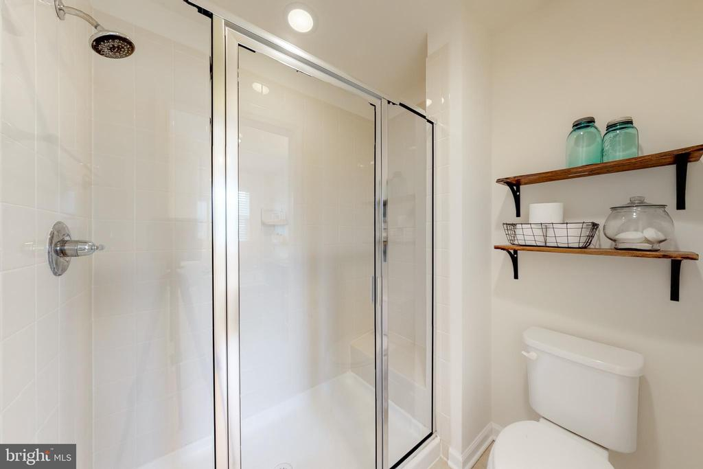 Large master shower - 41879 COUNTRY INN TER, ALDIE