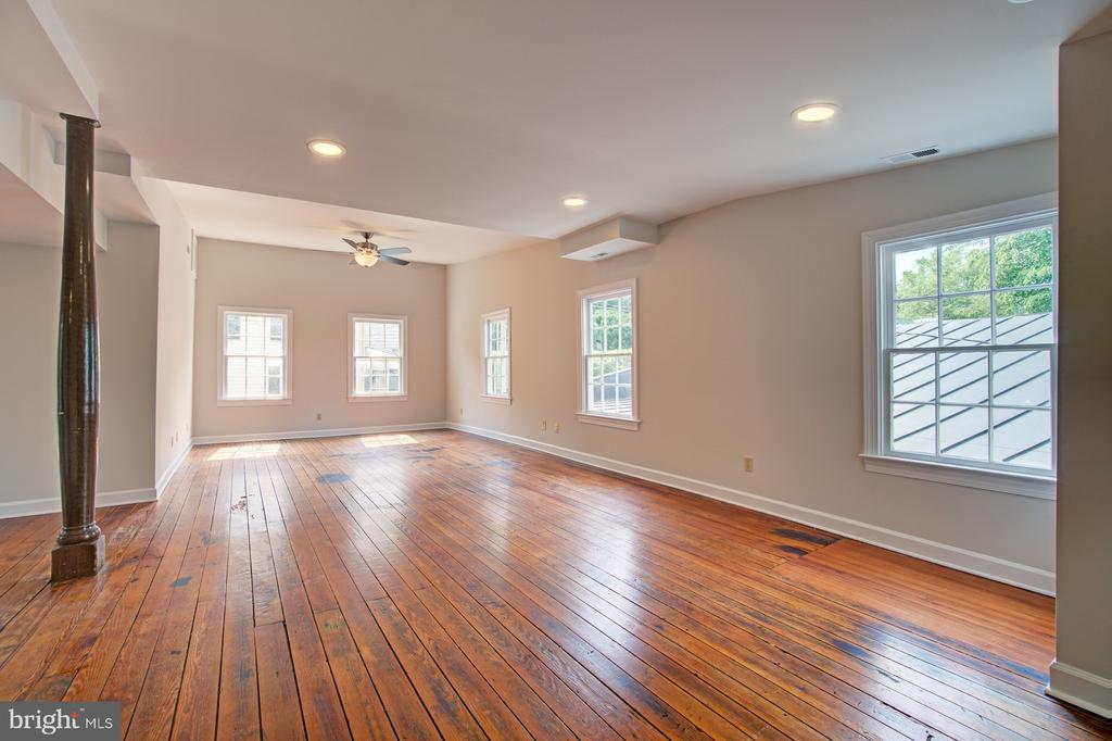 Bright second floor living w/ new paint - 15481 SECOND ST, WATERFORD