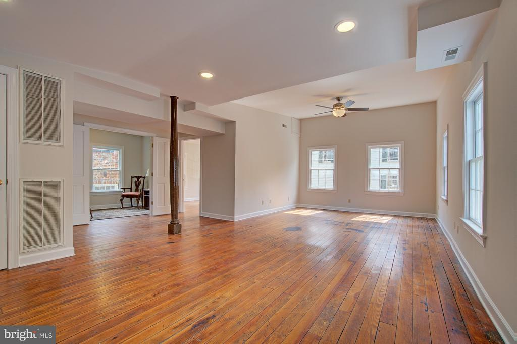 Second floor living w/ fresh paint and hardwoods - 15481 SECOND ST, WATERFORD