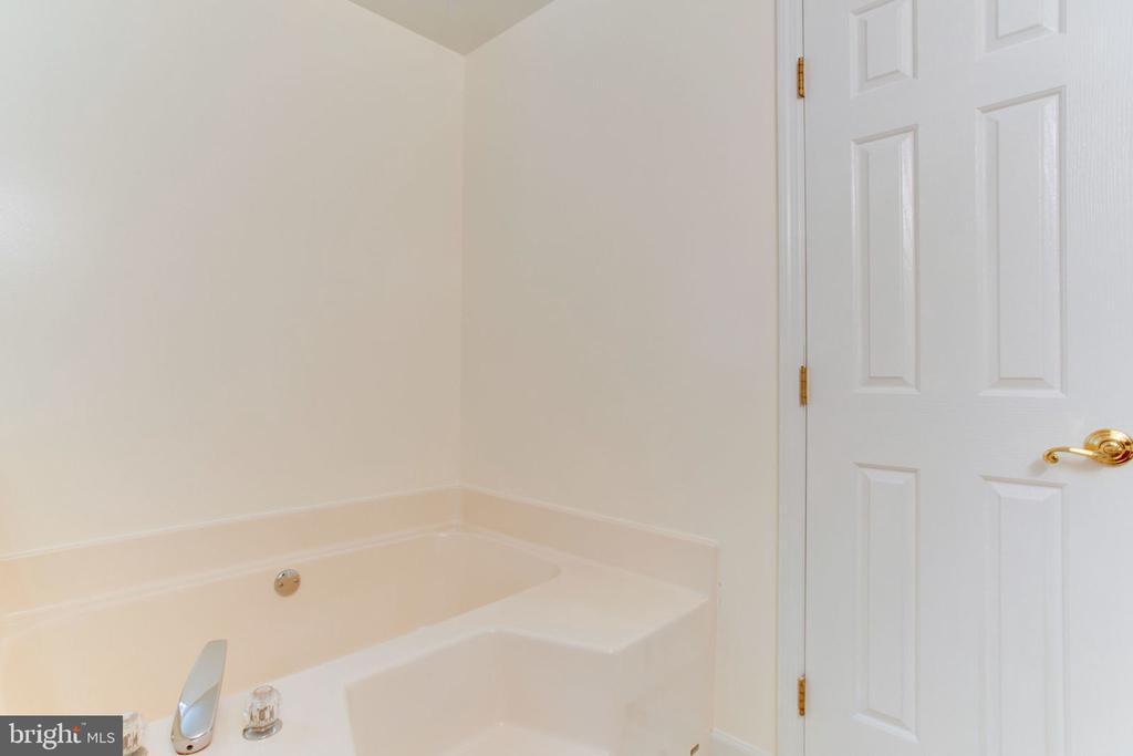 Soaker Tub in Master Bath - 6800 TOKEN VALLEY RD, MANASSAS