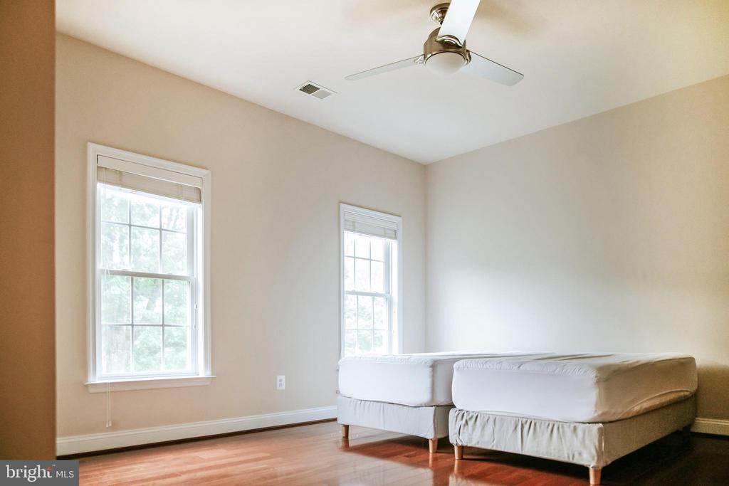 Upper-Level bedroom 2 - 4617 HOLIDAY LN, FAIRFAX