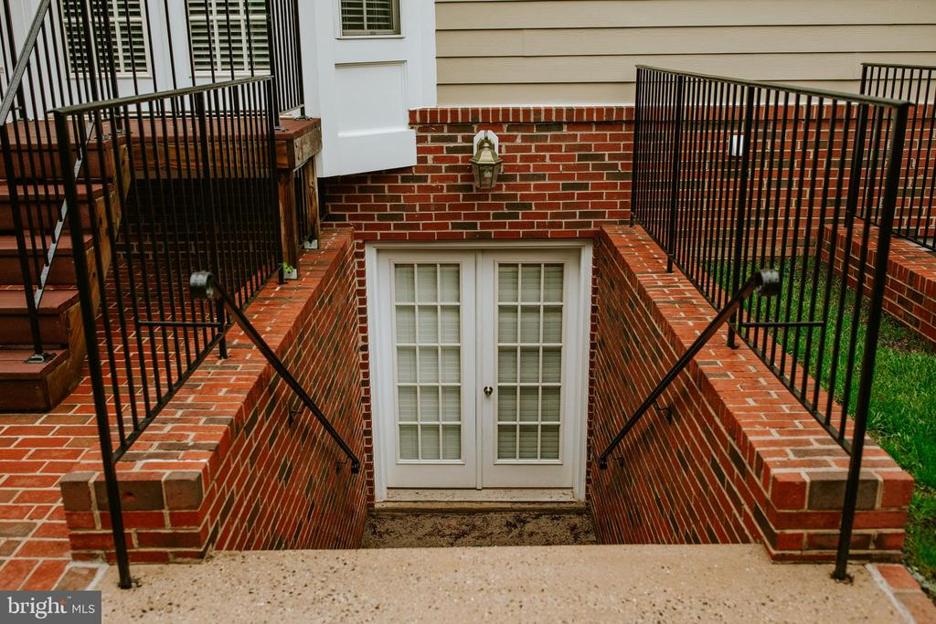 Double-wide private basement entrance - 4617 HOLIDAY LN, FAIRFAX