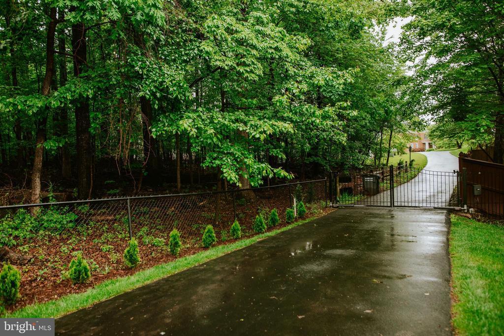Gated driveway - 4617 HOLIDAY LN, FAIRFAX