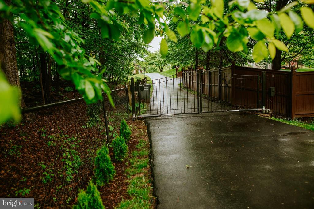 Private driveway with automatic gate - 4617 HOLIDAY LN, FAIRFAX