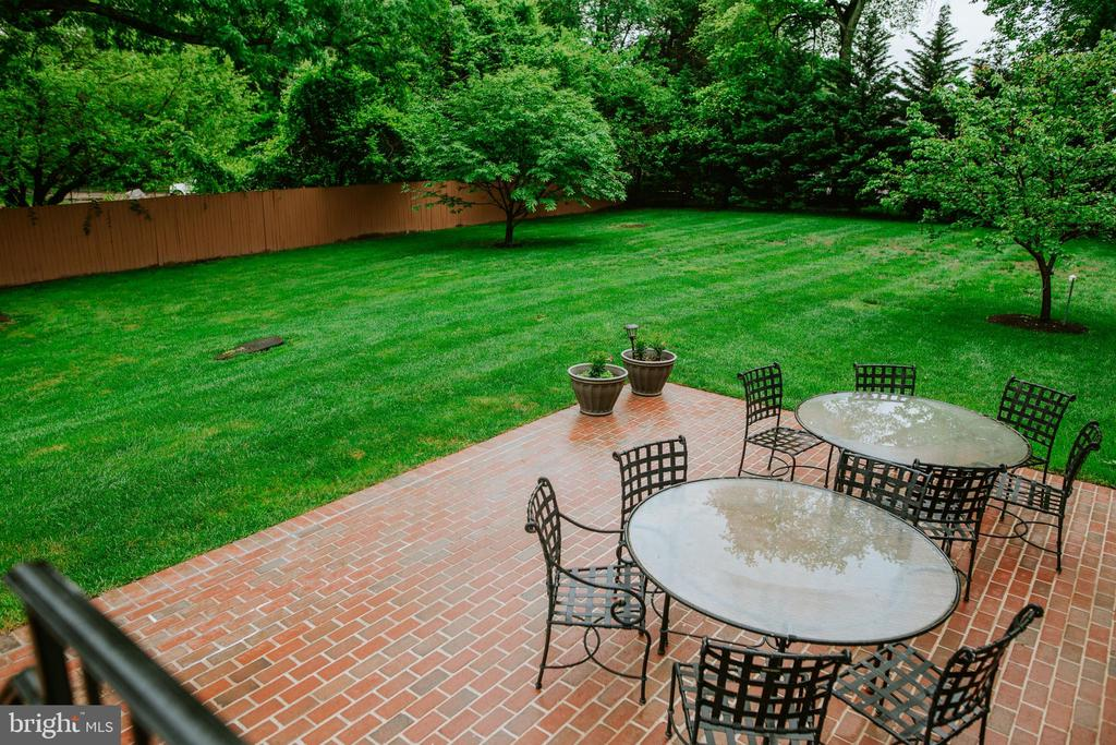 Private brick patio- perfect for BBQ & gatherings - 4617 HOLIDAY LN, FAIRFAX