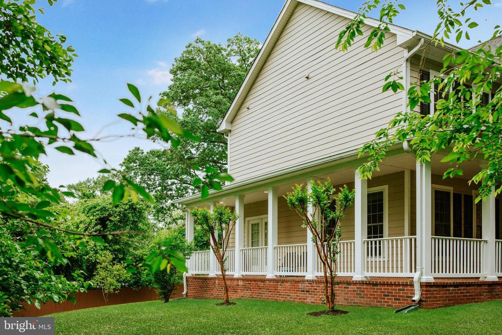 Wrap-around brick porch - 4617 HOLIDAY LN, FAIRFAX