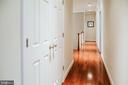 Upper-level hallway - hardwood throughout - 4617 HOLIDAY LN, FAIRFAX