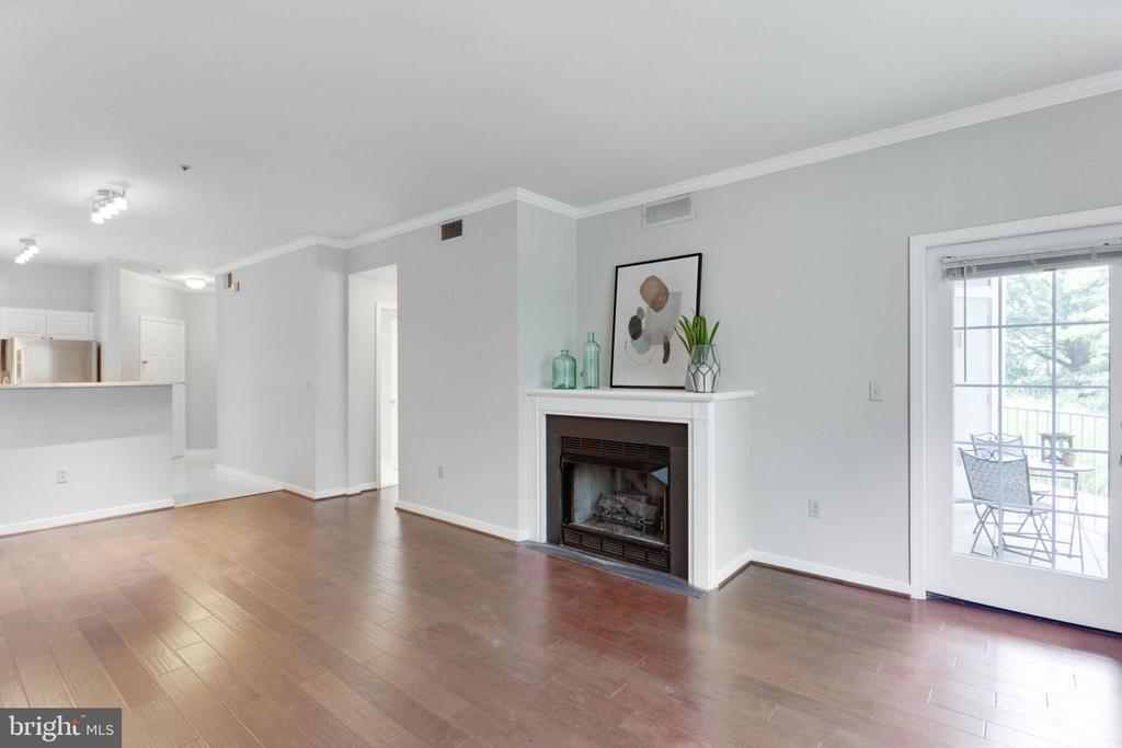 Living and Dining Room - 1645 INTERNATIONAL DR #109, MCLEAN