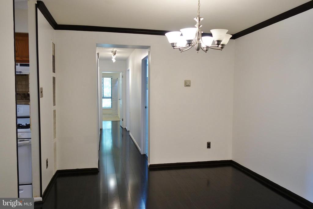 Dining Room w/ hardwood floors and crown molding - 11236 CHESTNUT GROVE SQ #161, RESTON