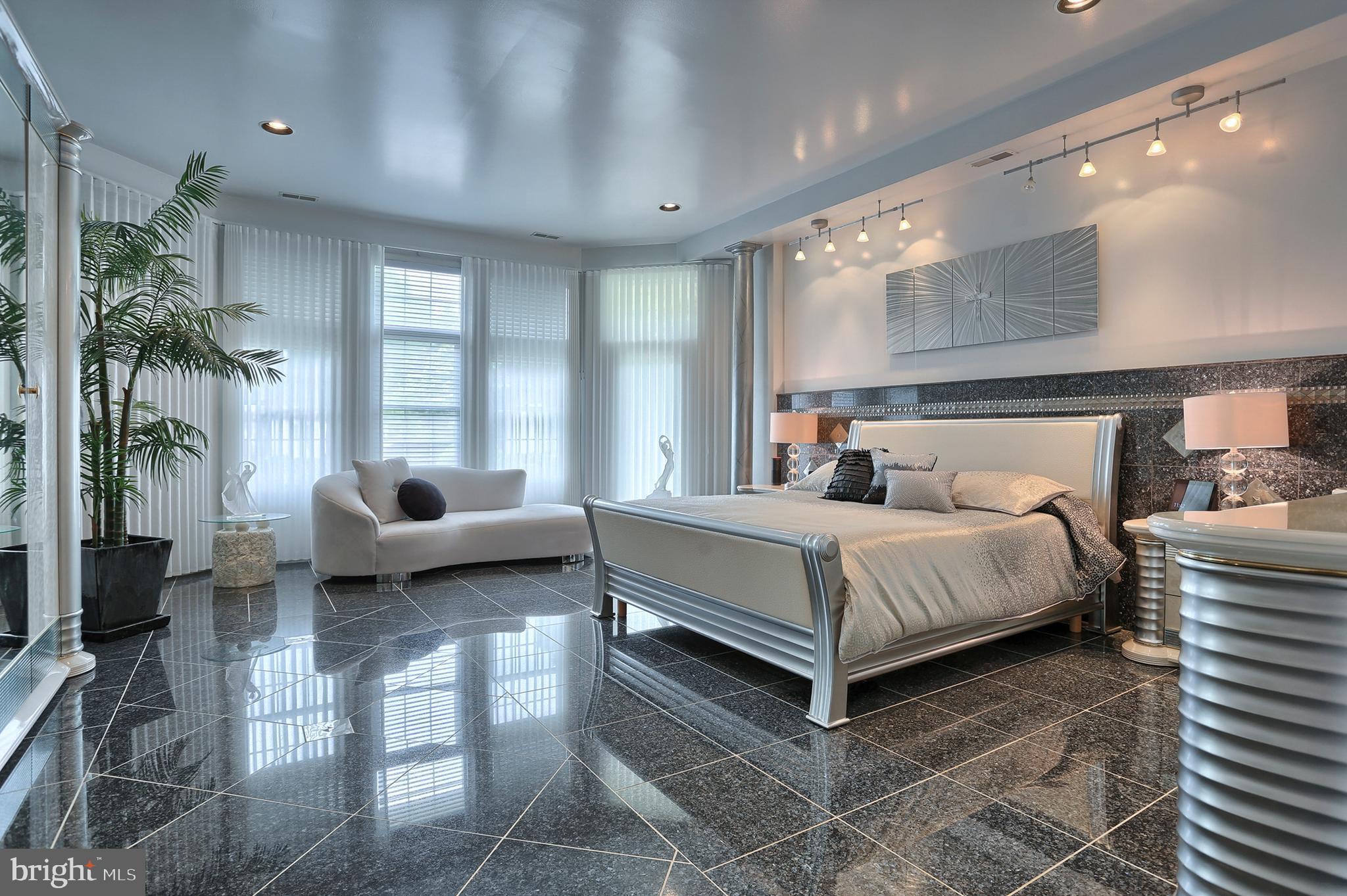 owners suite main bedroom 31' x 17'