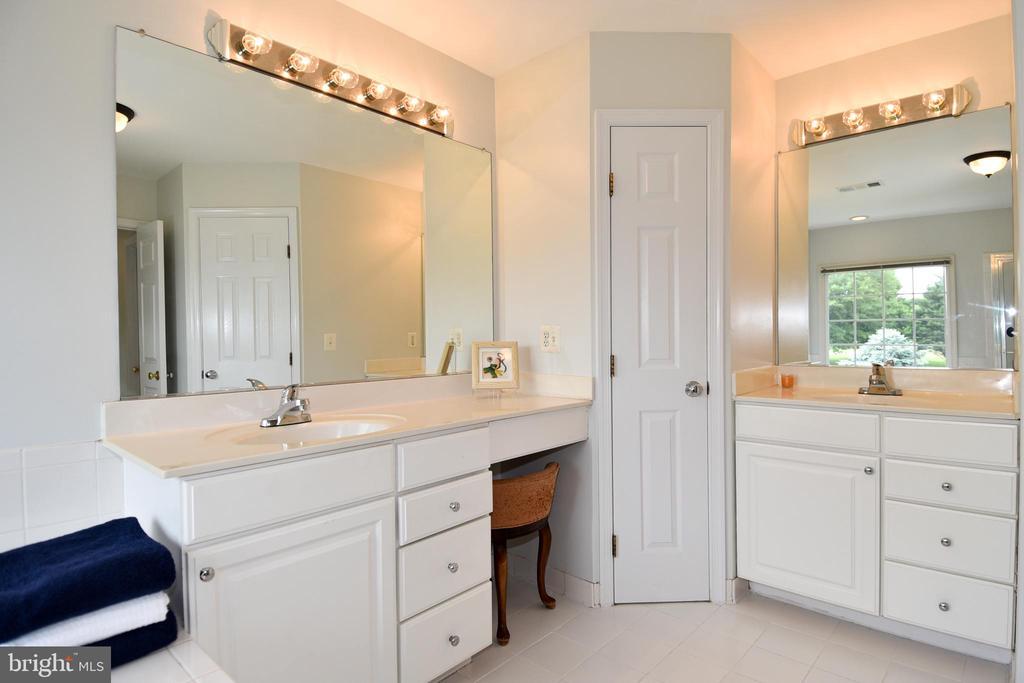 His and Hers vanities with linen closet - 42324 BIG SPRINGS CT, LEESBURG