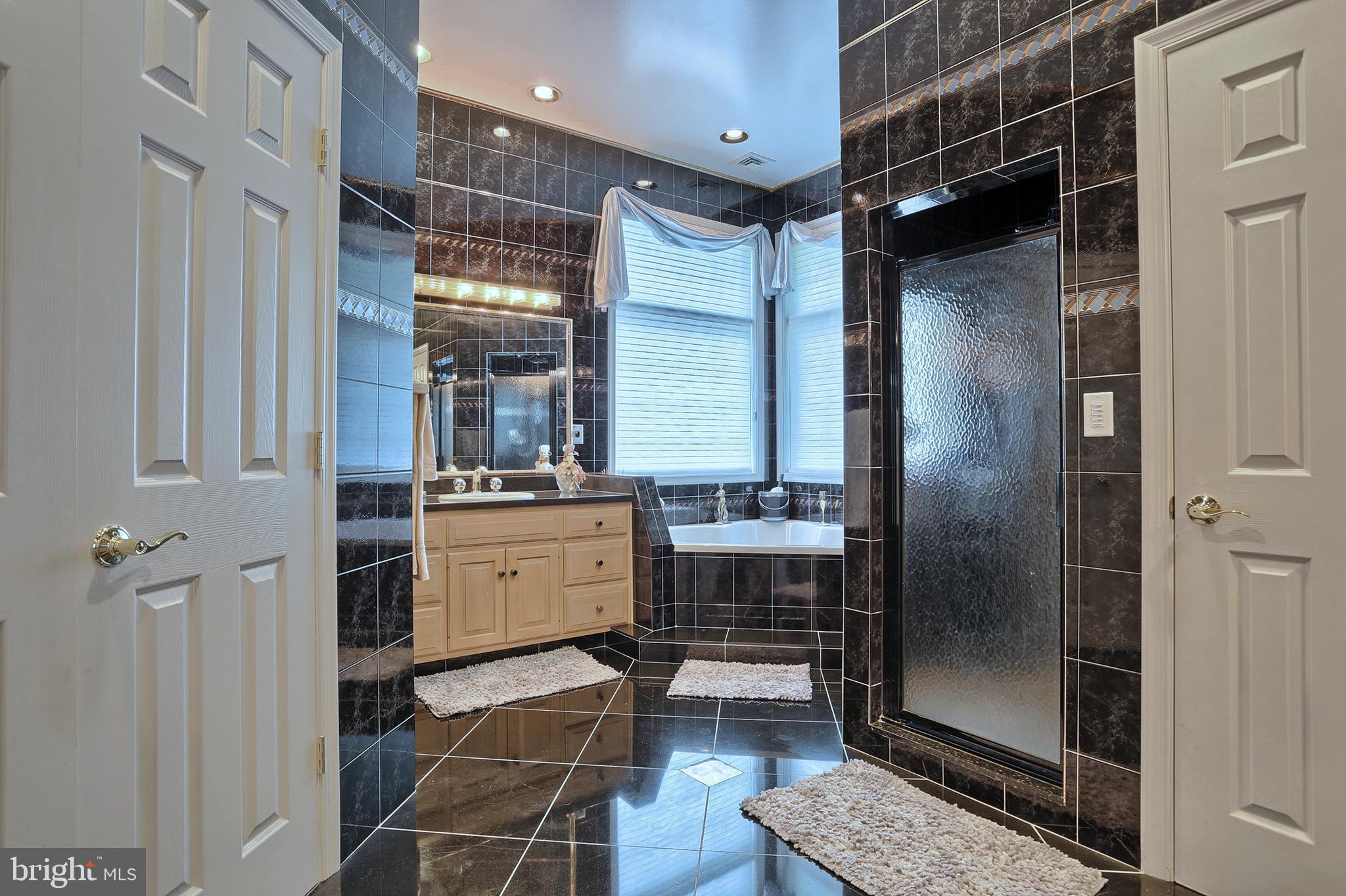 14' x 15' owner suite bath w/ jacuzzi tub