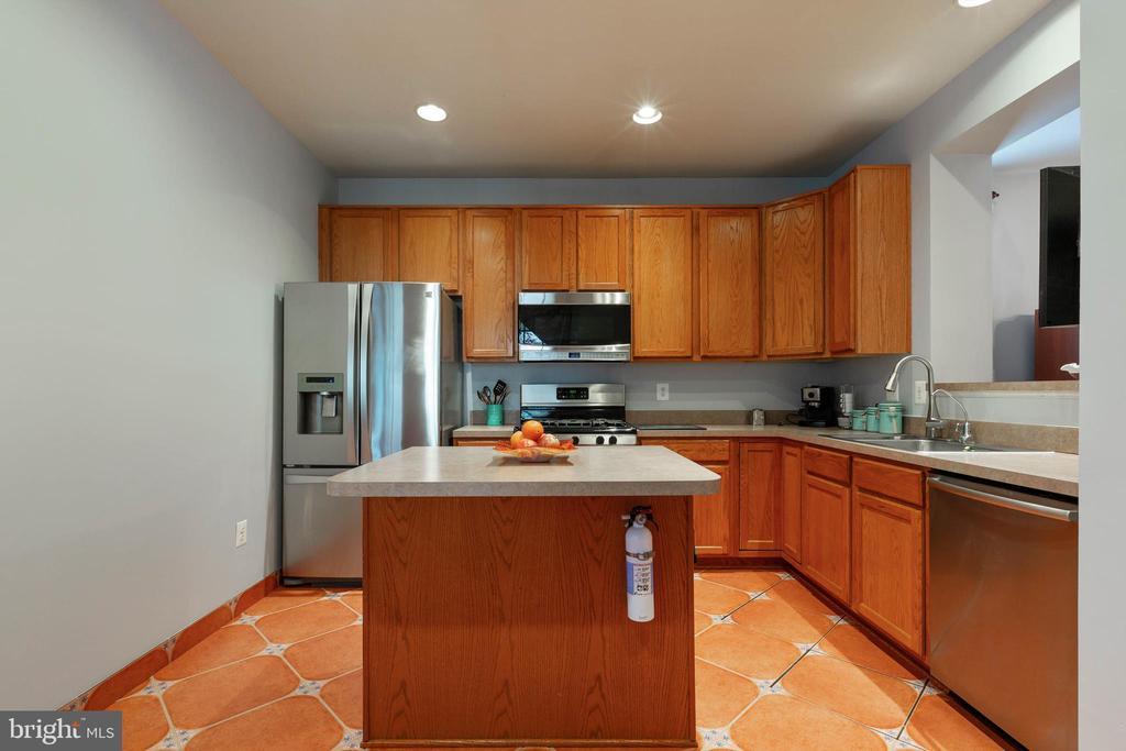 Kitchen w/5 Burner Cooktop - 9413 PRIMROSE LN, MANASSAS PARK