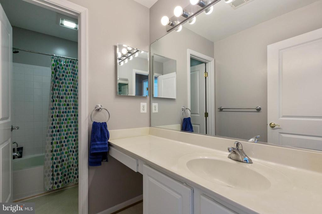 Hall Beth with Vanity Area - 9413 PRIMROSE LN, MANASSAS PARK