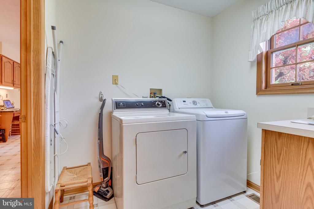 Laundry room measures 6~1~ x 7~3~~w/ machine - 803 HORIZON WAY, MARTINSBURG