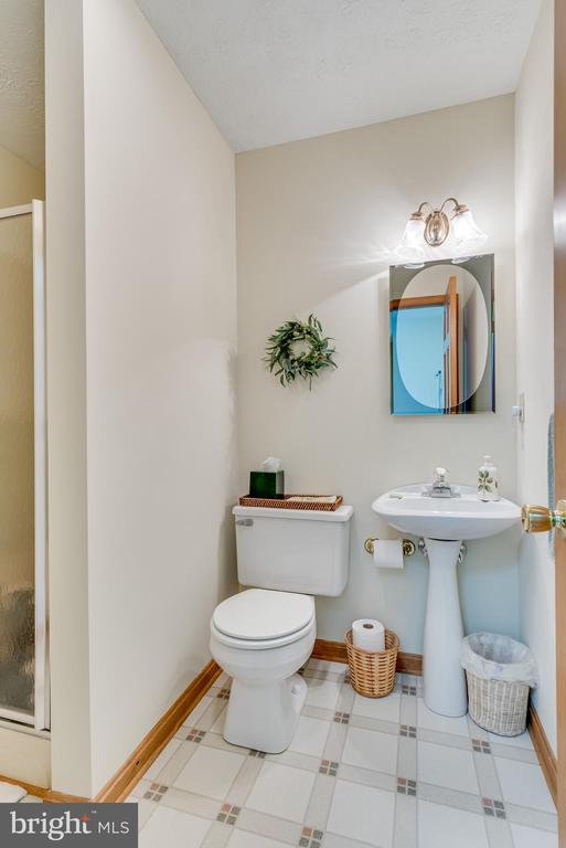 1st level full bath w/ pedestal sink and a - 803 HORIZON WAY, MARTINSBURG