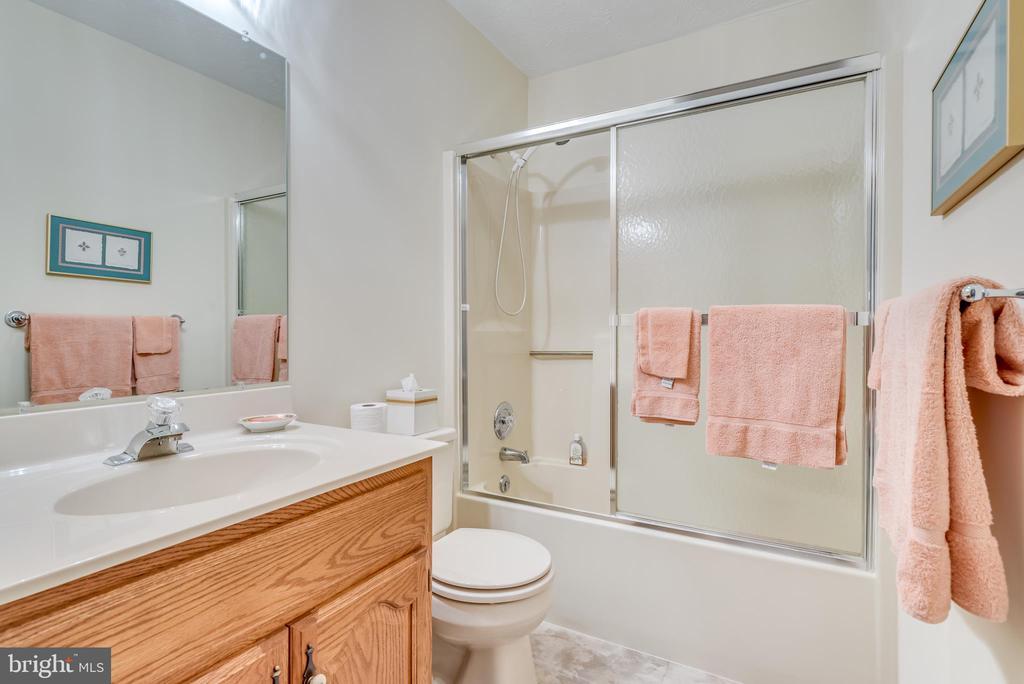 Hall bath has single bowl vanity tub/shower combo - 803 HORIZON WAY, MARTINSBURG
