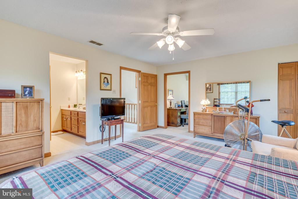 Has neutral carpet and paint w/ a ceiling fan - 803 HORIZON WAY, MARTINSBURG
