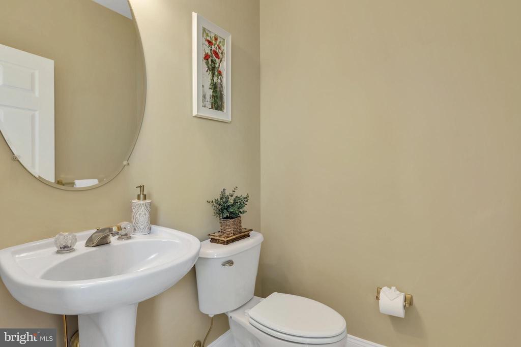 Half Bath Main Level - 18131 PERTHSHIRE CT, LEESBURG