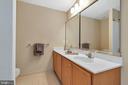 Upper Level Hallway Full Bathroom - 18131 PERTHSHIRE CT, LEESBURG