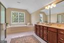 Master Bathroom w/ Soaking Tub - 18131 PERTHSHIRE CT, LEESBURG