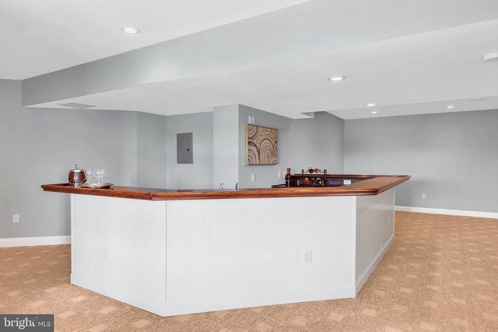 Lower Level Custom Bar - 18131 PERTHSHIRE CT, LEESBURG