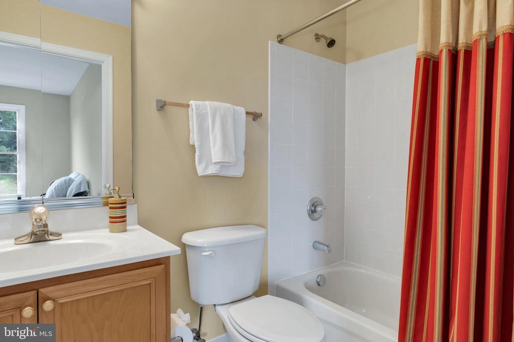 Upper Level Bathroom - 18131 PERTHSHIRE CT, LEESBURG